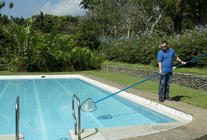 C mo limpiar su piscina despu s de una tormenta finca y for Piscinas en el campo